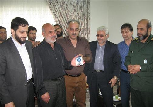 اهدای مدال نقره جهانی به خانواده شهید غواص